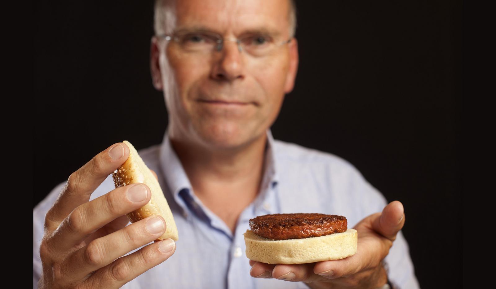 O professor Mark Post exibe um hambúrguer cultivado em laboratório (Divulgação)