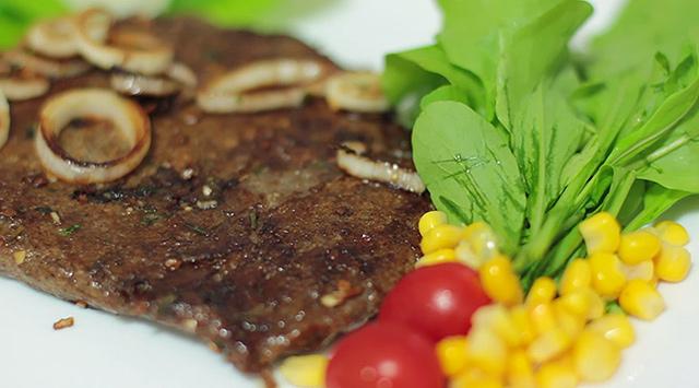 O bife vegetal em pó (mas já preparado) da Manioc (foto: Reprodução/YouTube.com)