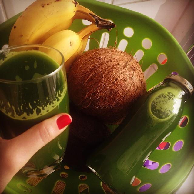 Suco verde de coco com salsinha, água de coco, limão, maçã e gengibre (Mulheres Veganas via Instagram)