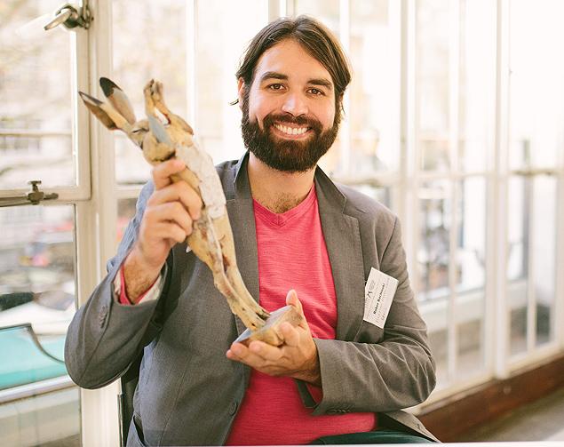 Bachinski com sua estatueta, uma lebre em cerâmica  (Divulgação)