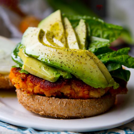 Imagem ilustrativa: hambúrguer de batata doce com abacate (lunchboxbunch.com)