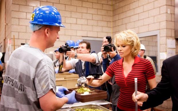 Pamela Anderson serve um dos presidiários no condado de Maricopa, no Estado americano do Arizona (Divulgação)