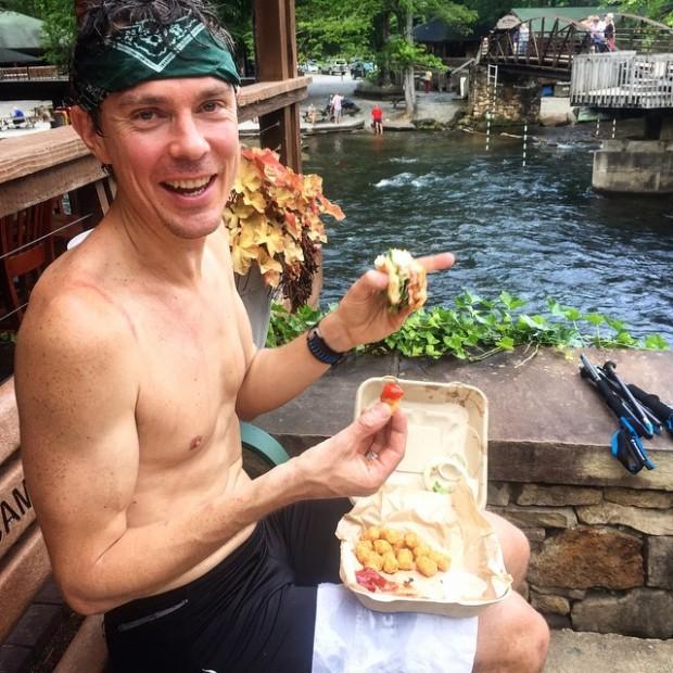 O atleta recebeu ajuda de locais ao longo da jornada; na foto, comendo um tempeh (soja fermentada típica da Indonésia) e um hambúrguer de feijão branco (Reprodução/Instagram)