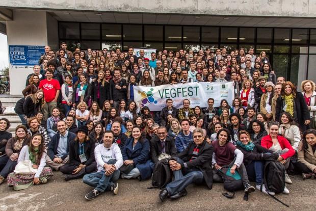 Participantes e palestrantes do VegFest de 2013 reunidos em Curitiba (Felipe Di Pietro/Divulgação)
