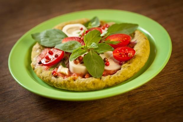 Pizza integral vegana com biomassa, manjericão e mandiokejo do Taioba (Zé Carlos Barretta/Folhapress)