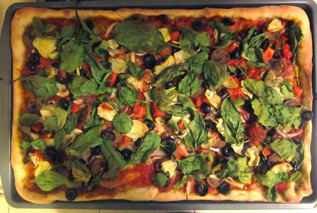 Foto meramente ilustrativa:  uma pizza vegana com azeitonas, alho, tomate, salsicha vegana Tofurky, pimentão verde, alcachofra, dill e espinafre (Eric Gillingham/Creative Commons via Flickr)