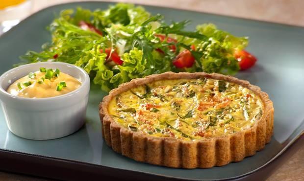 Exemplo de prato do dia do TFpS:  Torta integral de alho poró, dahl de grão de bico, salada de folhas verdes, hortelã e manga (Divulgação)