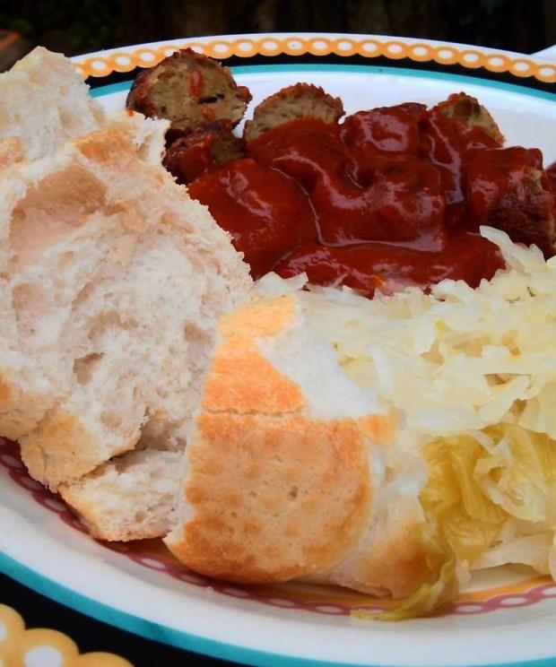 Um dos pratos que serão servidos na Oktoberfest pela vegAninha: kurrywurst (salsicha temperada) com chucrute (repolho fermentado)