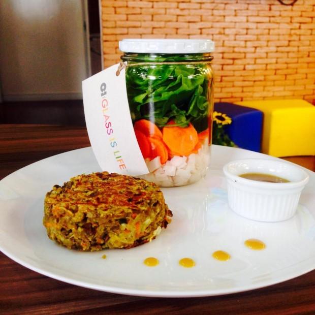 Hambúrguer de lentilha e salada no pote (palmito, rúcula, alface, agrião e cenoura) com molho de mostarda e melado do Troquei Fritas por Salada (Divulgação)
