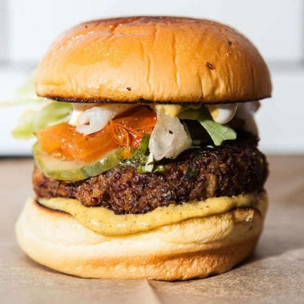 O Superiority Burger na versão vegana (Reprodução/Instagram/burgerator)