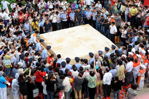 Tofu de oito toneladas feito por 50 cozinheiros na cidade de Huainan, na China, onde ele teria sido originado (Foto: China Daily/Reuters)
