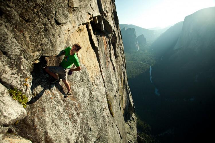 "Honnold escala ""solo"" (sem equipamento) a rocha Sentinel, no parque Yosemite, Califórnia (Pete Mortimer/Lwp Kommunikáció; creative commons via Flickr)"
