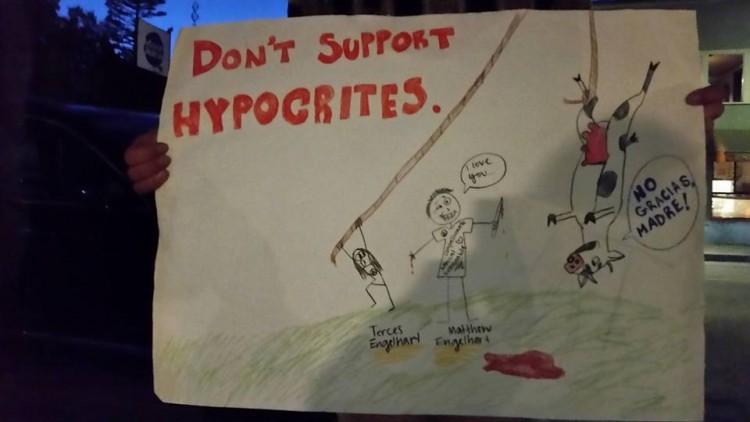 """""""Não apoie hipócritas"""": cartaz levado a ato pelo boicote de Café Gratitude e Gracias Madre na Califórnia (Reprodução/<a href=""""https://www.facebook.com/159330514465477/photos/a.159430967788765.1073741827.159330514465477/172659323132596/?type=3&theater"""">Facebook</a>)"""